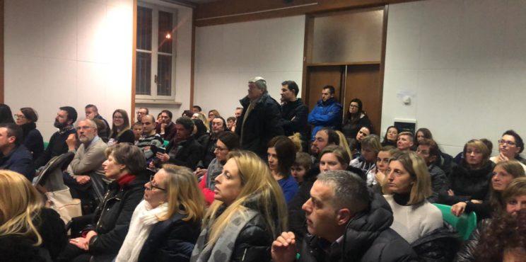 Sovere – Auditorium pieno per l'assemblea sull'asilo, il Comune lascia aperto uno spiraglio