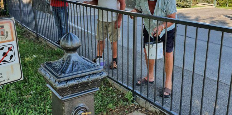 Villongo, 4 pensionati rimettono a nuovo panchine e ringhiere comunali