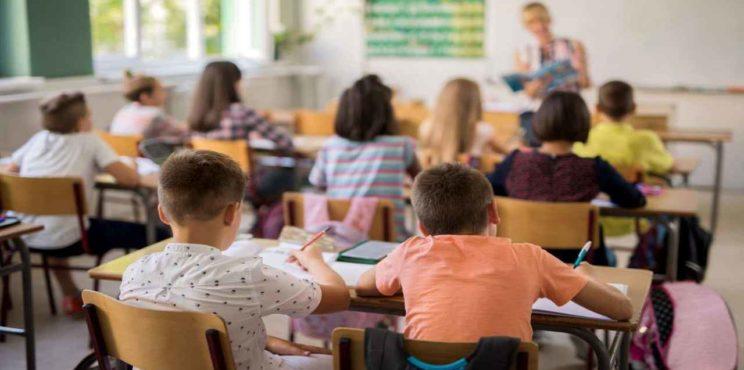 La minoranza contro i nuovi orari scolastici: inizio alle 7,40 e 5 giorni di lezioni